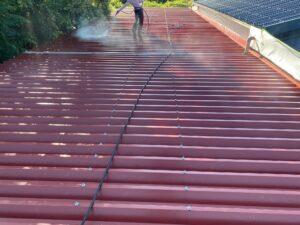 屋根高圧洗浄2|O牧場様屋根塗装工事 | 大阪市の外壁塗装・屋根塗装専門店 ペイントプロ