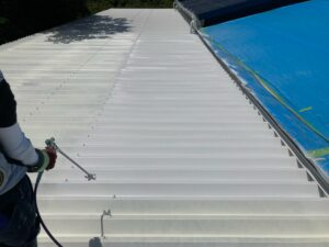 A上塗り1回目|O牧場様屋根塗装工事 | 大阪市の外壁塗装・屋根塗装専門店 ペイントプロ