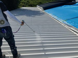A上塗り2回目|O牧場様屋根塗装工事 | 大阪市の外壁塗装・屋根塗装専門店 ペイントプロ