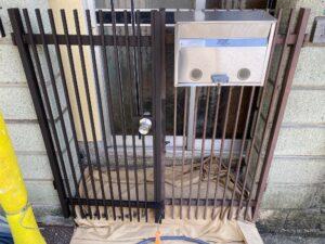 210726_門扉錆止め塗布中1 K様邸外壁塗装工事   大阪市の外壁塗装専門店 ペイントプロ