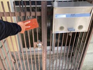 210726_門扉ケレン中 K様邸外壁塗装工事   大阪市の外壁塗装専門店 ペイントプロ